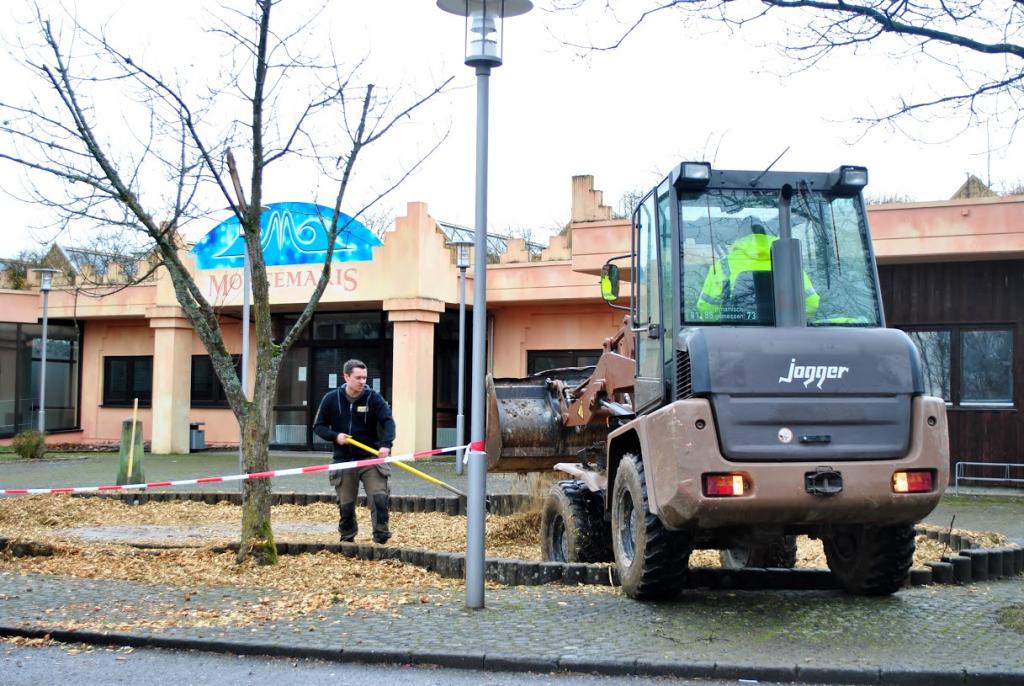 ADELBERG, 13 Feb 2016 - Auffüllen des ehemaligen Brunnens vor dem Montemaris auf dem Klosterparkgelände